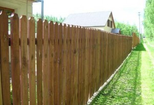 wood fence 300x204 Деревянный забор своими руками