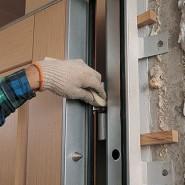 Закрепление двери монтажной пеной